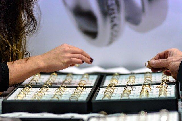 wybór biżuterii w sklepie